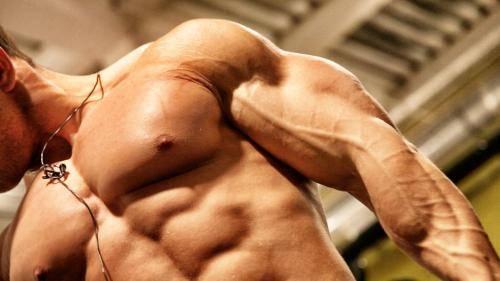 Упражнения на трицепс в тренажерном зале